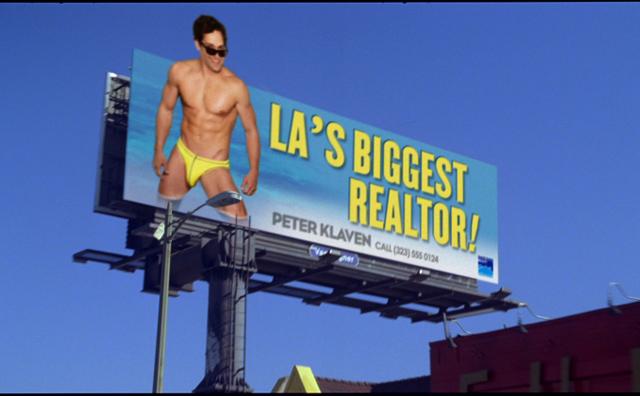 Agente que presume de cuerpo en un anuncio inmobiliario
